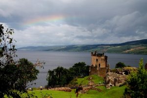 vue sur ruine de chateau et lac loch ness