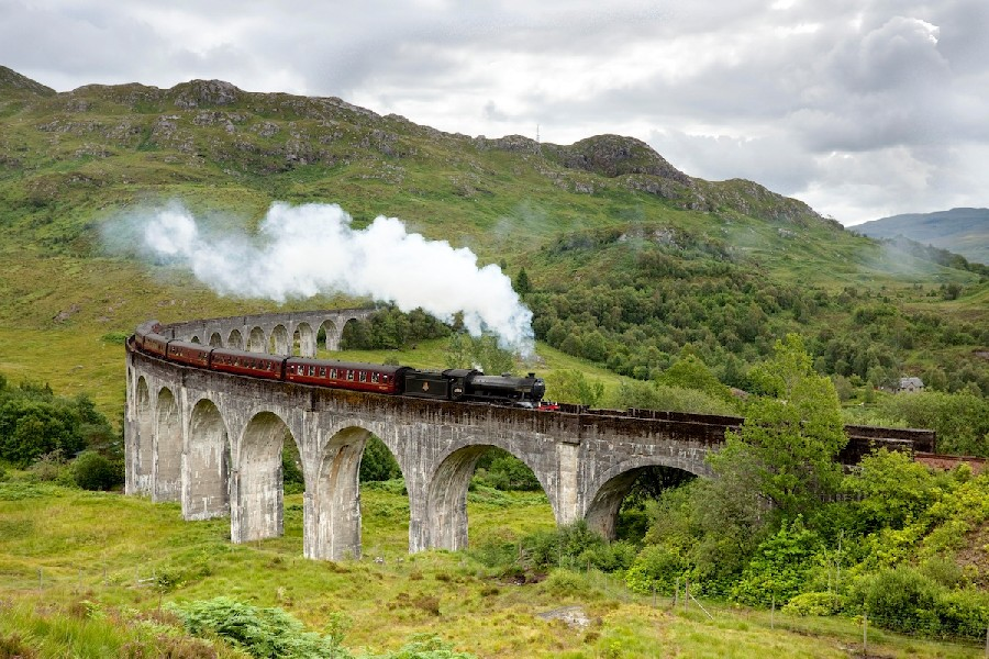 train à vapeur sur un pont en Ecosse