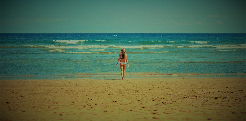 femme seule sur la plage